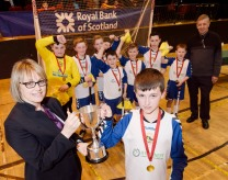 JUNIOR SHINTY WINNERS 28/2/16 Janet Richardson, Fort William Branch Manager of the Royal Bank of Scotland presents the winners trophy to the Portree Team. PICTURE IAIN FERGUSON, THE WRITE IMAGE